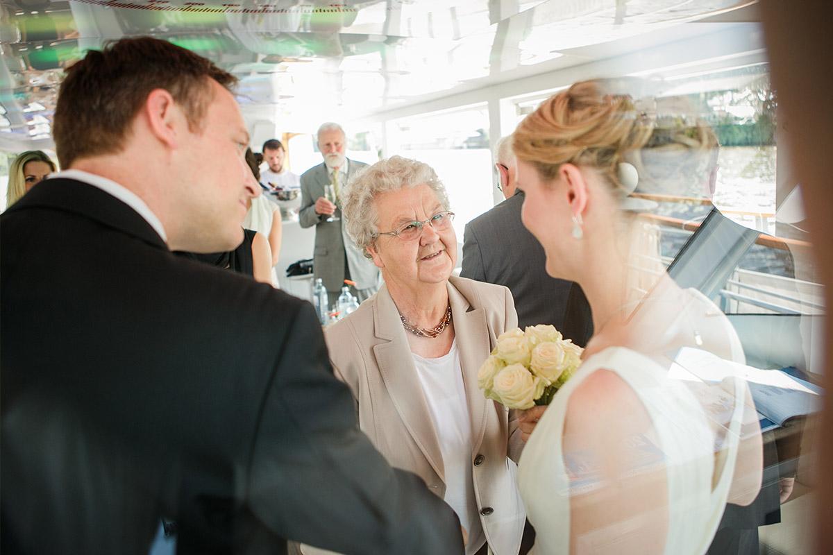 Gratulation der Gäste bei Berlin Mitte Hochzeit auf Spree © Hochzeitsfotograf Berlin www.hochzeitslicht.de