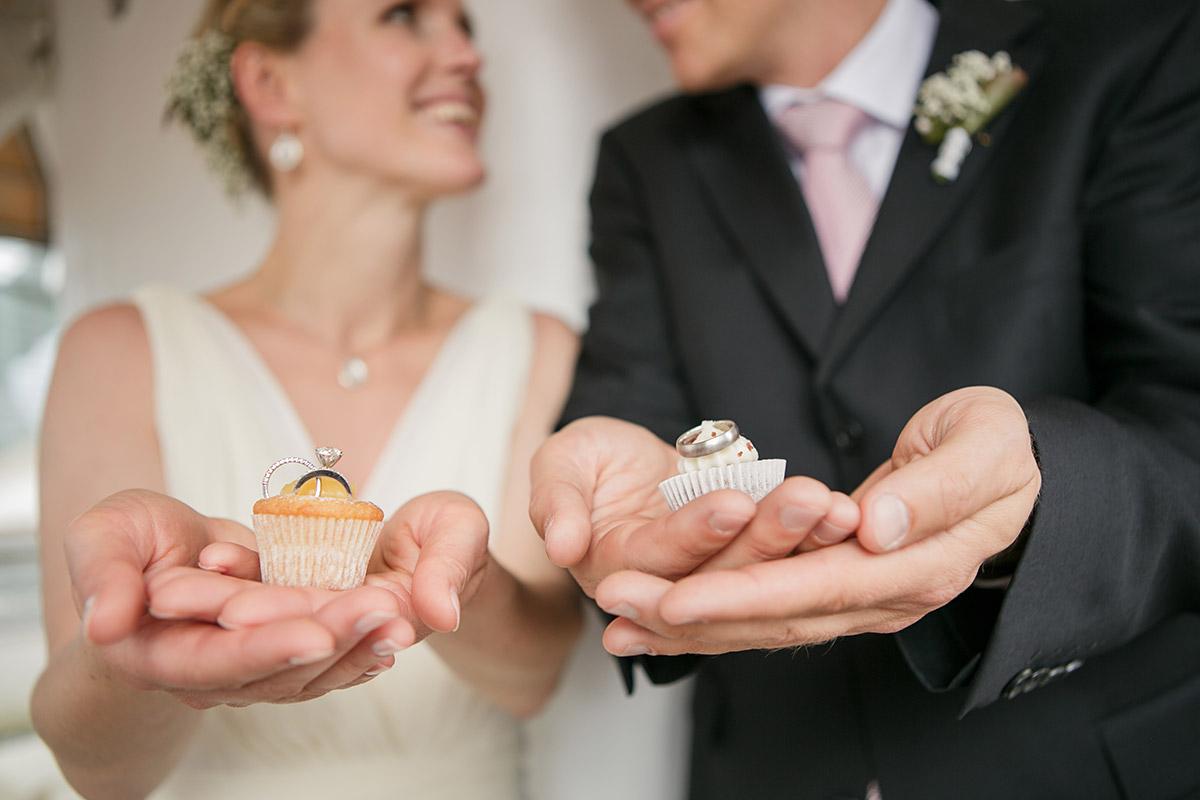 Kreatives Brautpaarfoto mit Hochzeits-Cupcakes © Hochzeitsfotograf Berlin www.hochzeitslicht.de