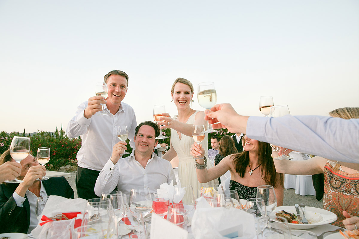 Hochzeitsfoto bei Gratulation der Gäste während Hochzeitsfeier auf Mallorca © Hochzeitsfotograf Berlin www.hochzeitslicht.de