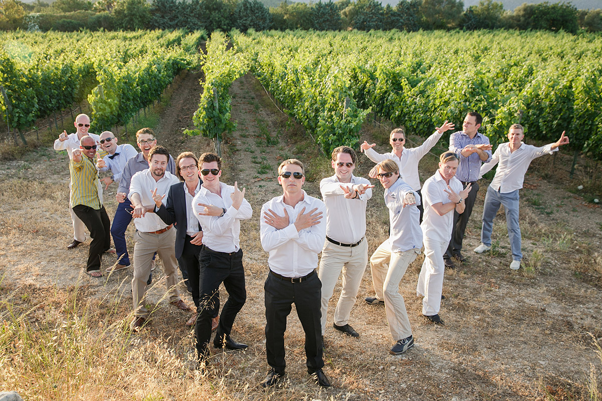 Kreatives Gruppenfoto in den Weinbergen bei Hochzeit auf Mallorca © Hochzeitsfotograf Berlin www.hochzeitslicht.de