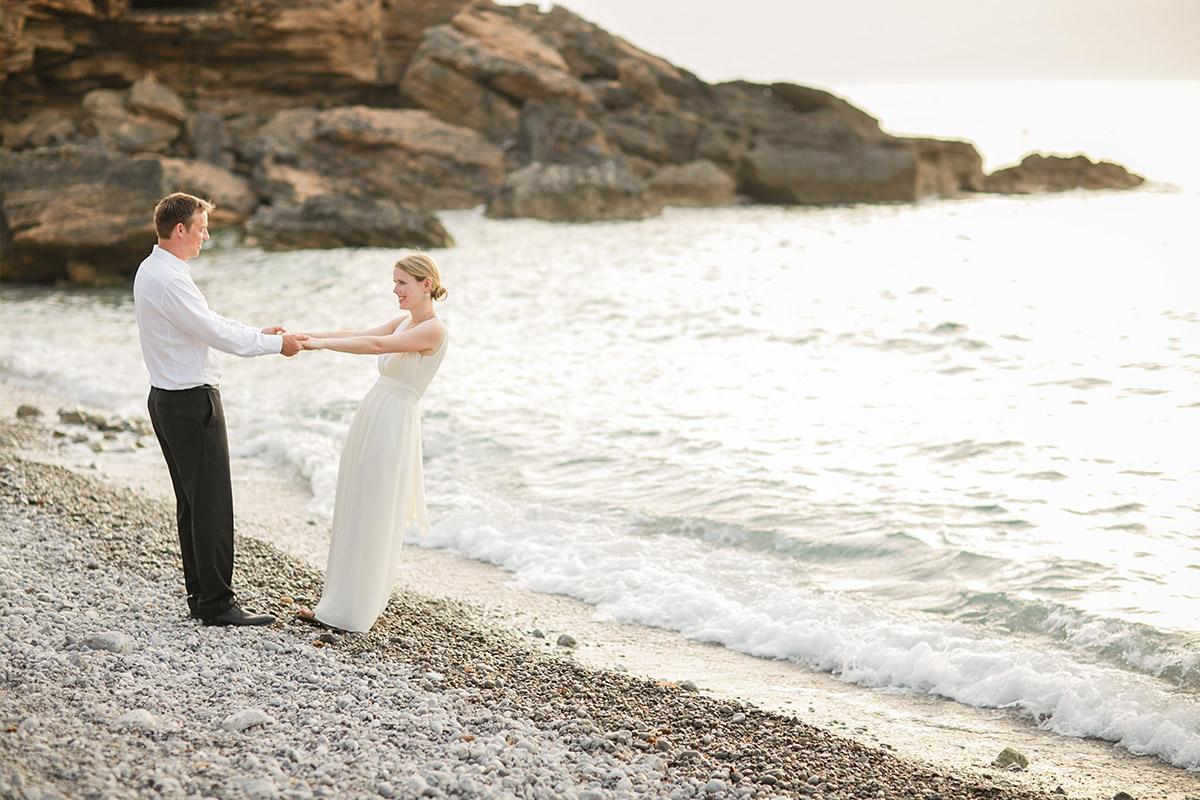 Hochzeitsfotografie von Brautpaar am Strand bei Mallorca Hochzeit © Hochzeitsfotograf Berlin www.hochzeitslicht.de