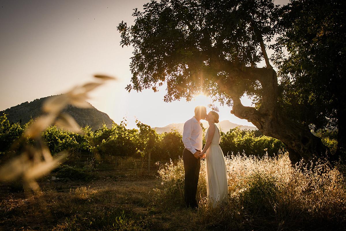 Hochzeitsfoto von Brautpaar bei Sonnenuntergang aufgenommen von Hochzeitsfotograf Mallorca © Hochzeitsfotograf Berlin www.hochzeitslicht.de