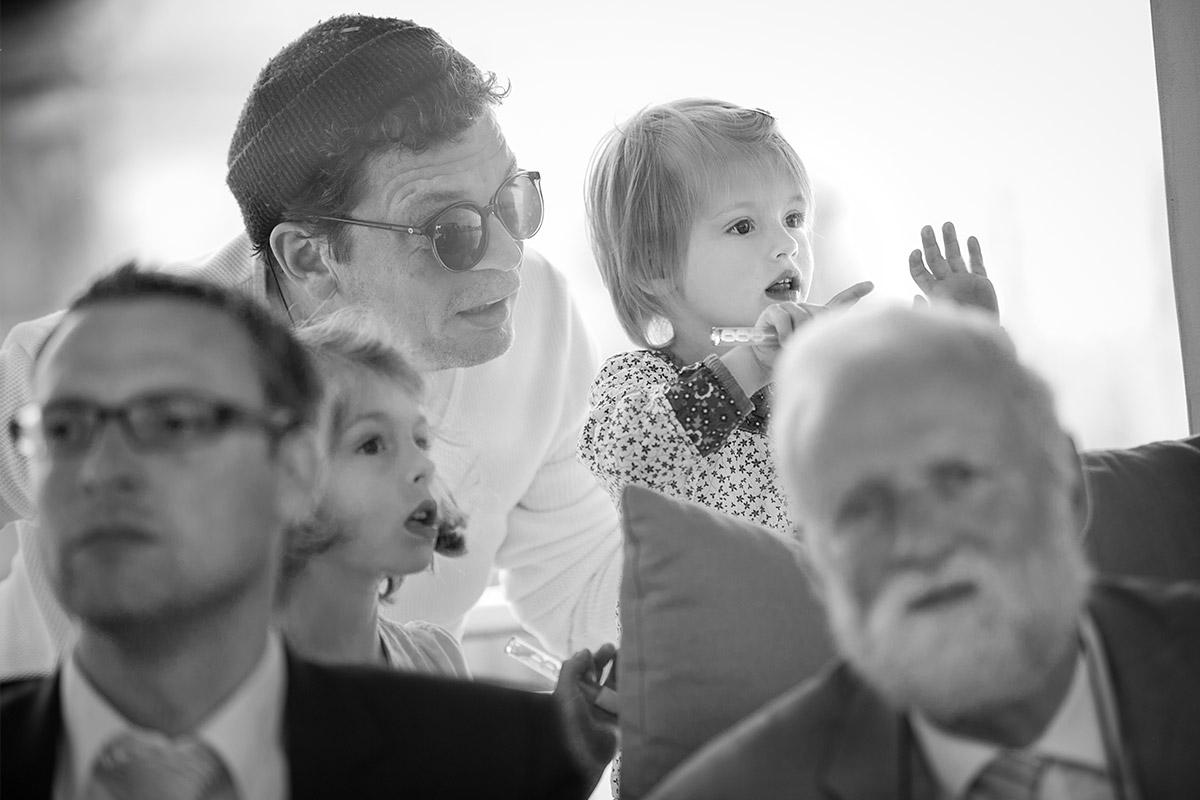 Authentische Hochzeitsfotos von Gästen bei freier Trauung auf Solarschiff Solon auf der Spree © Hochzeitsfotograf Berlin www.hochzeitslicht.de