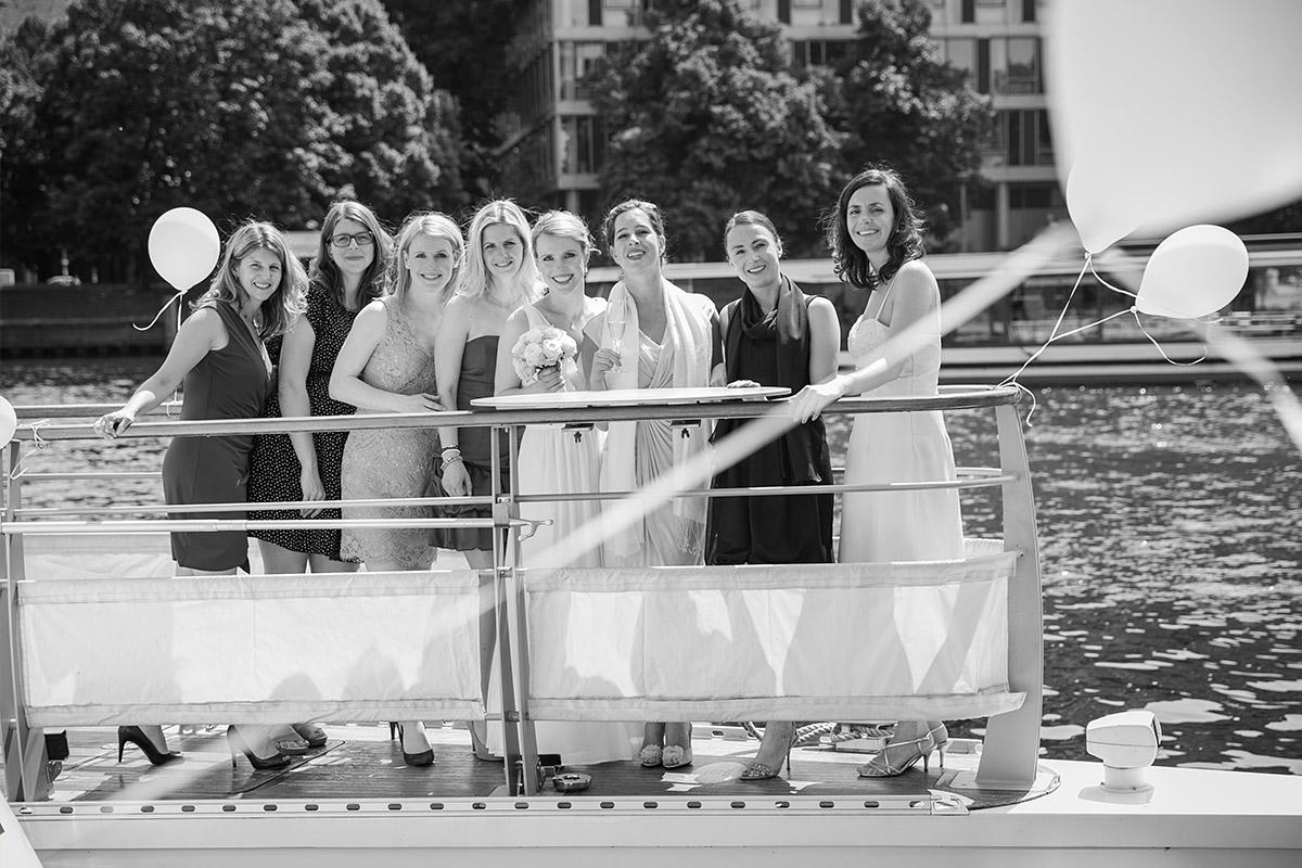 Professionelles Hochzeitsfoto von Braut mit weiblichen Hochzeitsgästen auf Spree-Schiff in Berlin Mitte © Hochzeitsfotograf Berlin www.hochzeitslicht.de