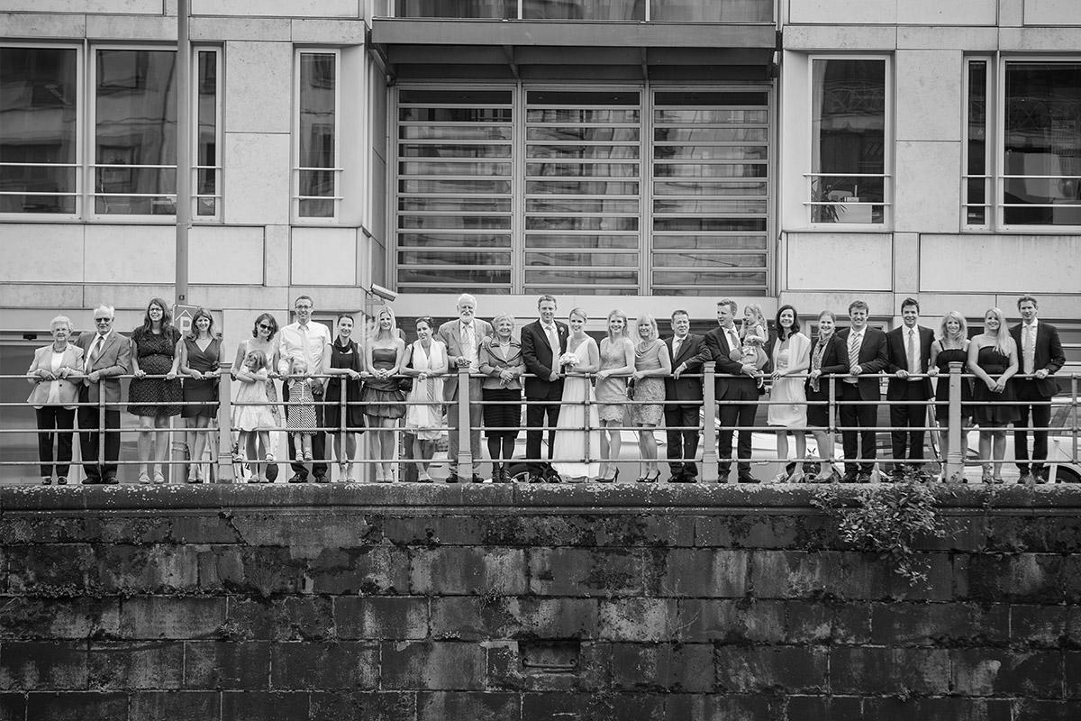 Hochzeitsfotografie aller Hochzeitsgäste an der Spree in Berlin Mitte © Hochzeitsfotograf Berlin www.hochzeitslicht.de