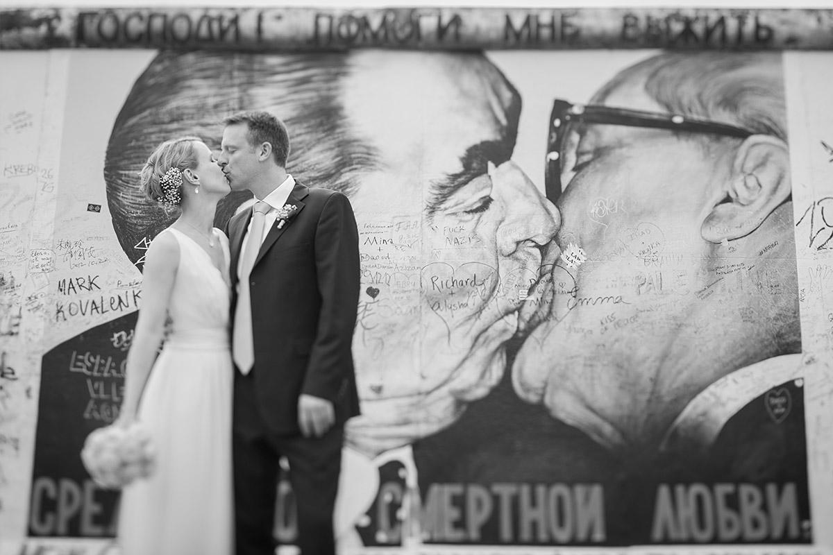Modernes Brautpaarfoto vor Graffiti aufgenommen von professionellem Berliner Hochzeitsfotografen © Hochzeitsfotograf Berlin www.hochzeitslicht.de
