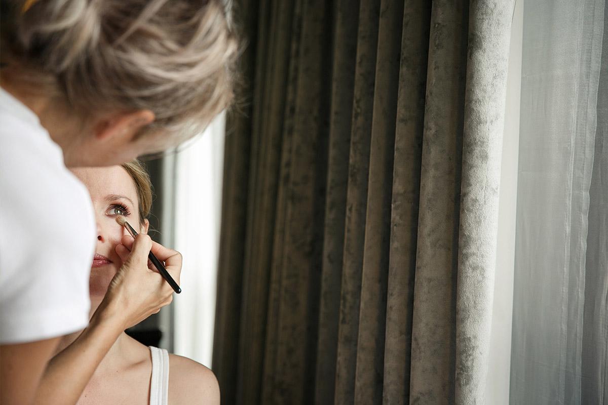Hochzeitsreportagefoto beim Styling der Braut in Hilton Hotel in Berlin-Mitte © Hochzeitsfotograf Berlin hochzeitslicht