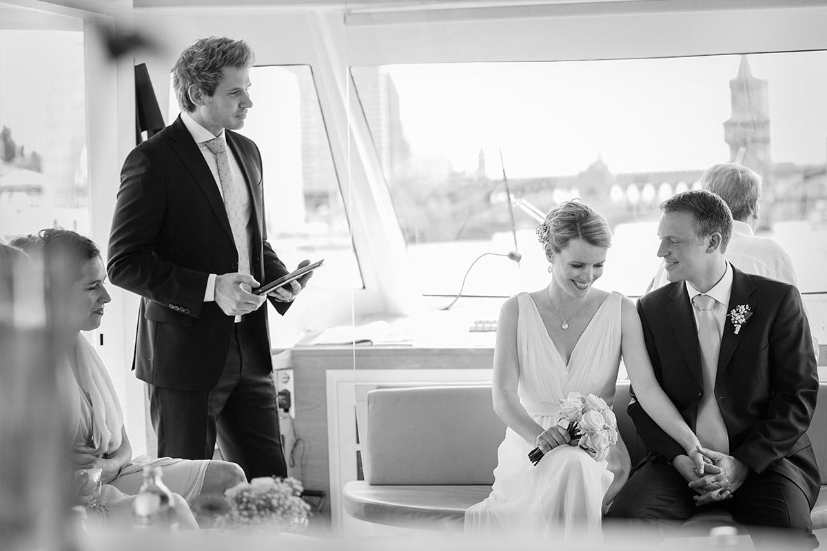 Hochzeitsfoto bei freier Trauung auf der Spree auf den Solarschifff Solon in Berlin © Hochzeitsfotograf Berlin hochzeitslicht