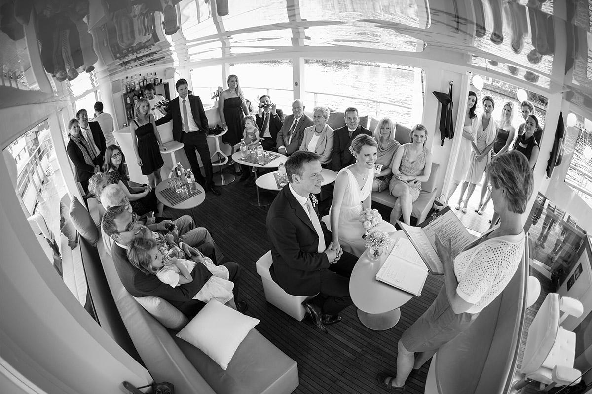 Freie Trauungszeremonie auf dem Solarschiff Solon auf der Spree in Berlin-Mitte © Hochzeitsfotograf Berlin hochzeitslicht