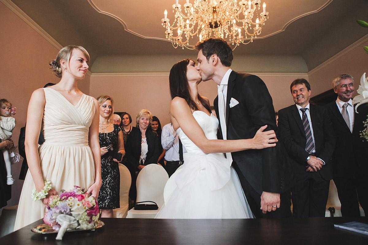 Hochzeitsreportage-Foto von Ja-Wort bei standesamtlicher Trauung auf Schloss Kartzow aufgenommen von professionellem Hochzeitsfotograf Potsdam © Hochzeitsfotograf Berlin www.hochzeitslicht.de