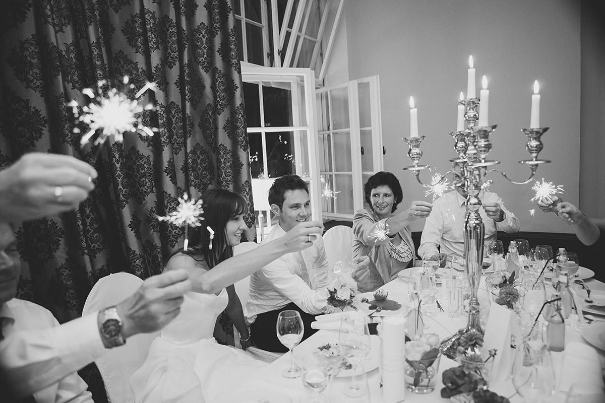 Hochzeitsfoto von Hochzeitsfeier im Vintagestil aufgenommen von professionellem Hochzeitsfotograf im Schloss Kartzow © Hochzeitsfotograf Berlin www.hochzeitslicht.de