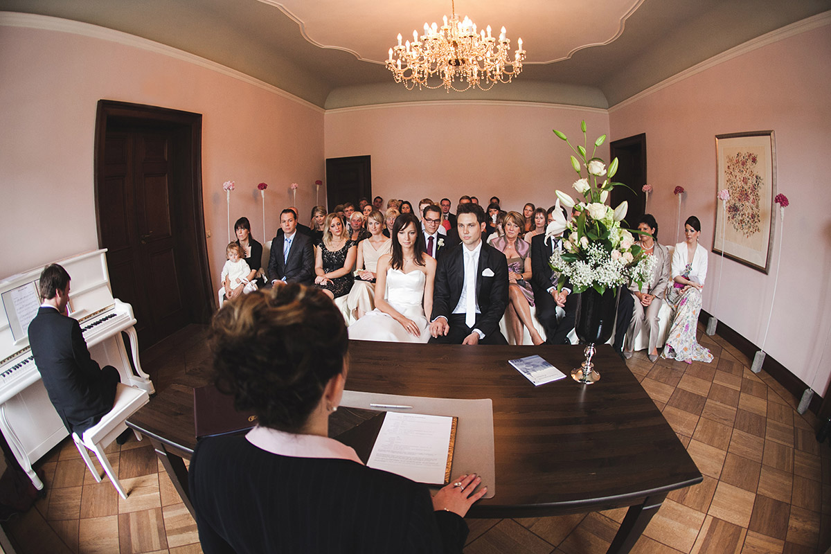 Hochzeitsfoto bei standesamtlicher Trauung im Schloss Kartzow aufgenommen von professionellem Hochzeitsfotograf © Hochzeitsfotograf Berlin www.hochzeitslicht.de