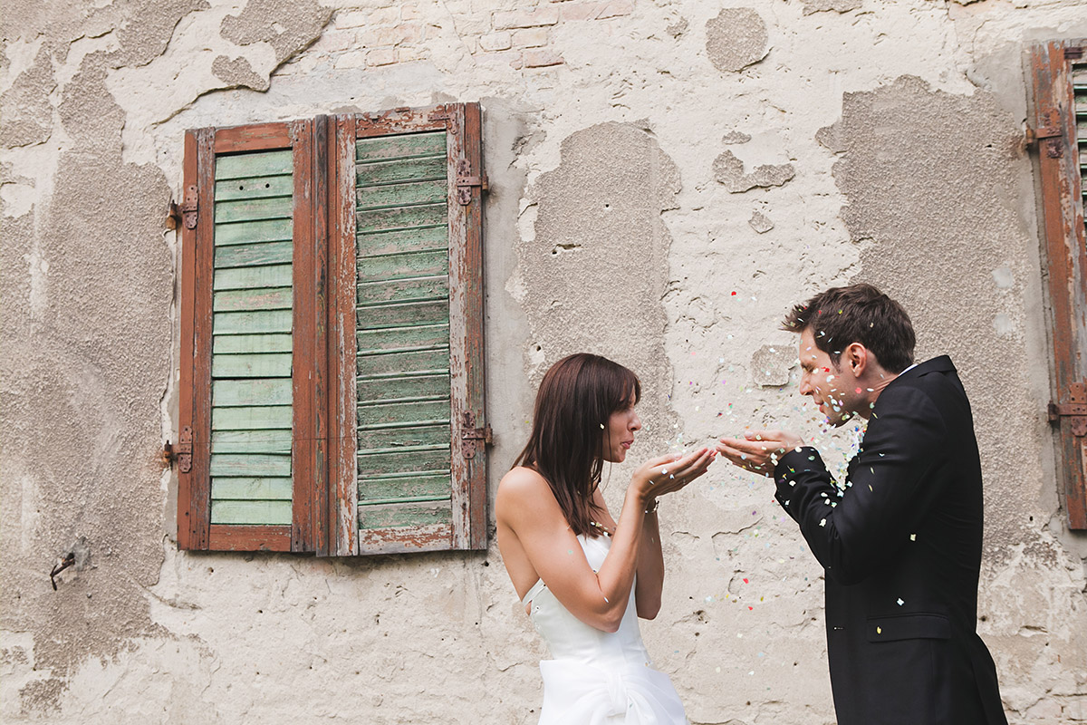 Hochzeitsfotografie von Brautpaar mit Konfetti bei Schloss Kartzow Hochzeit aufgenommen von Berliner Hochzeitsfotograf © Hochzeitsfotograf Berlin www.hochzeitslicht.de