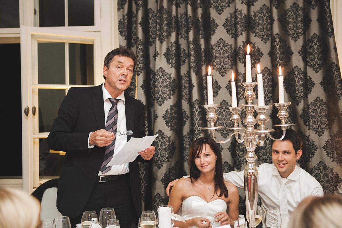 Reportage-Hochzeitsfotografie bei Rede während Hochzeitsfeier auf Schloss Kartzow Potsdam © Hochzeitsfotograf Berlin www.hochzeitslicht.de