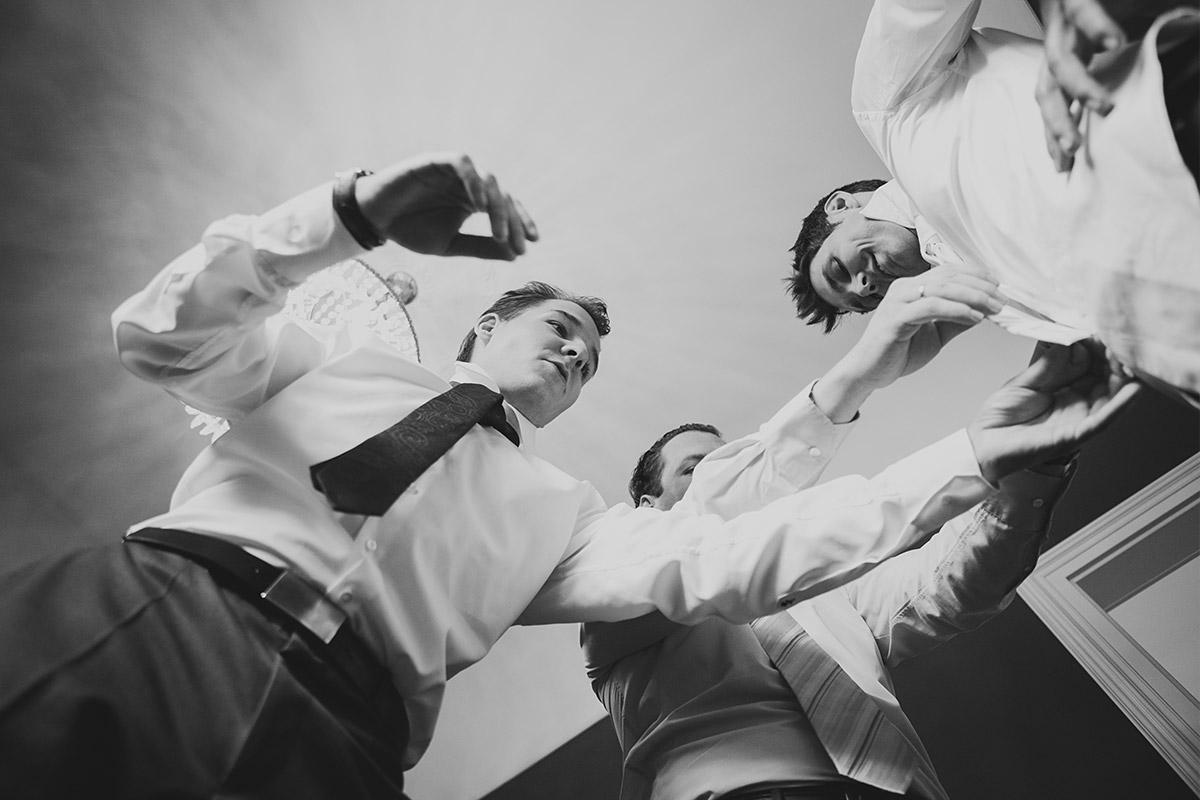 Hochzeitsfotografie von den Vorbereitungen des Bräutigams mit Best Men bei Schloss Kartzow Hochzeit in Potsdam © Hochzeitsfotograf Berlin www.hochzeitslicht.de