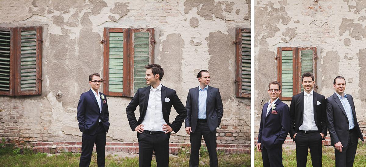 Hochzeitsfotos von Bräutigam mit Best Men im Vintage-Look vor rustikaler Hauswand bei Schloss Kartzow Hochzeit Potsdam © Hochzeitsfotograf Berlin www.hochzeitslicht.de