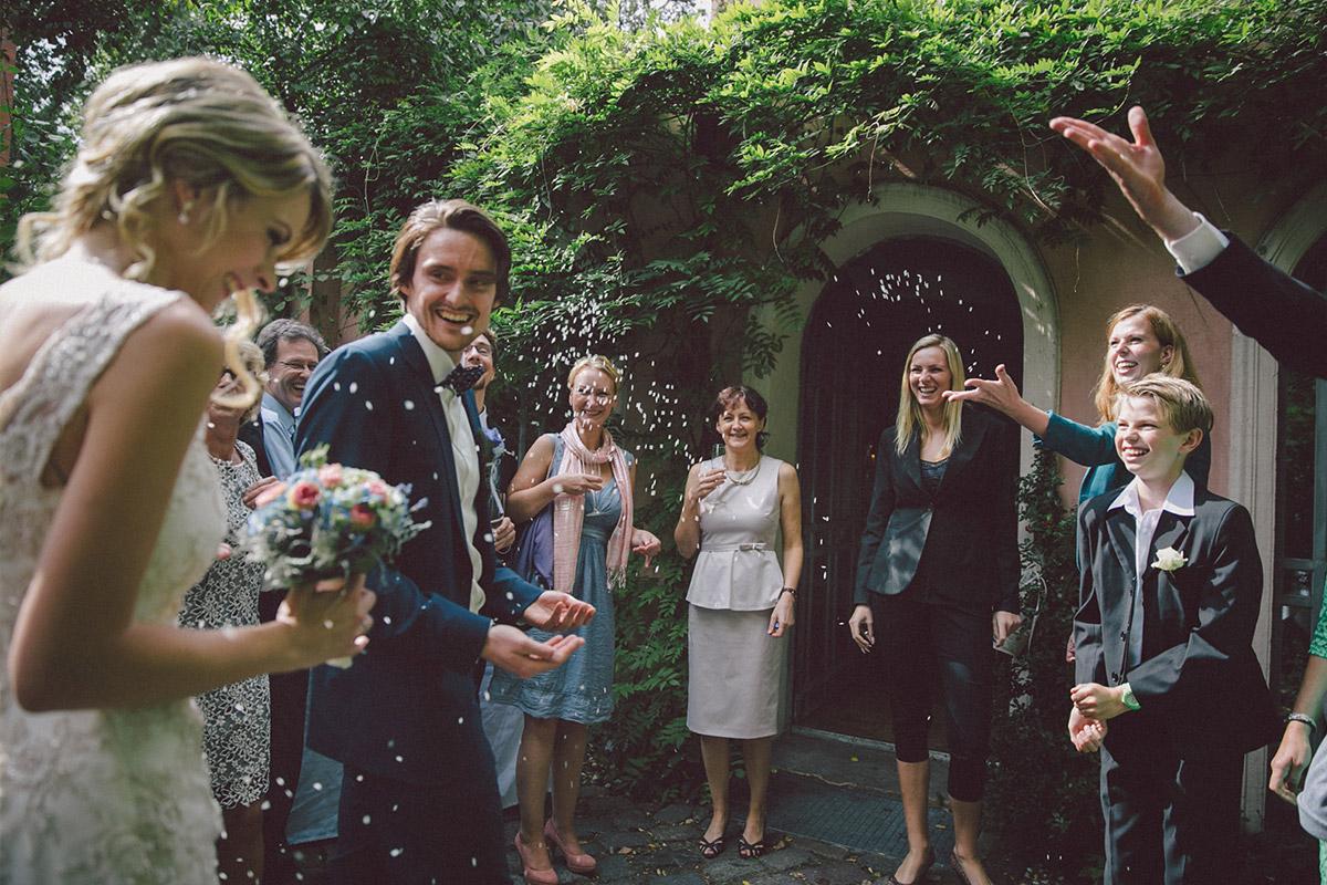 Hochzeitsfoto von Auszug von Brautpaar bei Hochzeit im Vintage-Stil im Ballsaal-Studio Berlin Mitte © Hochzeitsfotograf Berlin www.hochzeitslicht.de