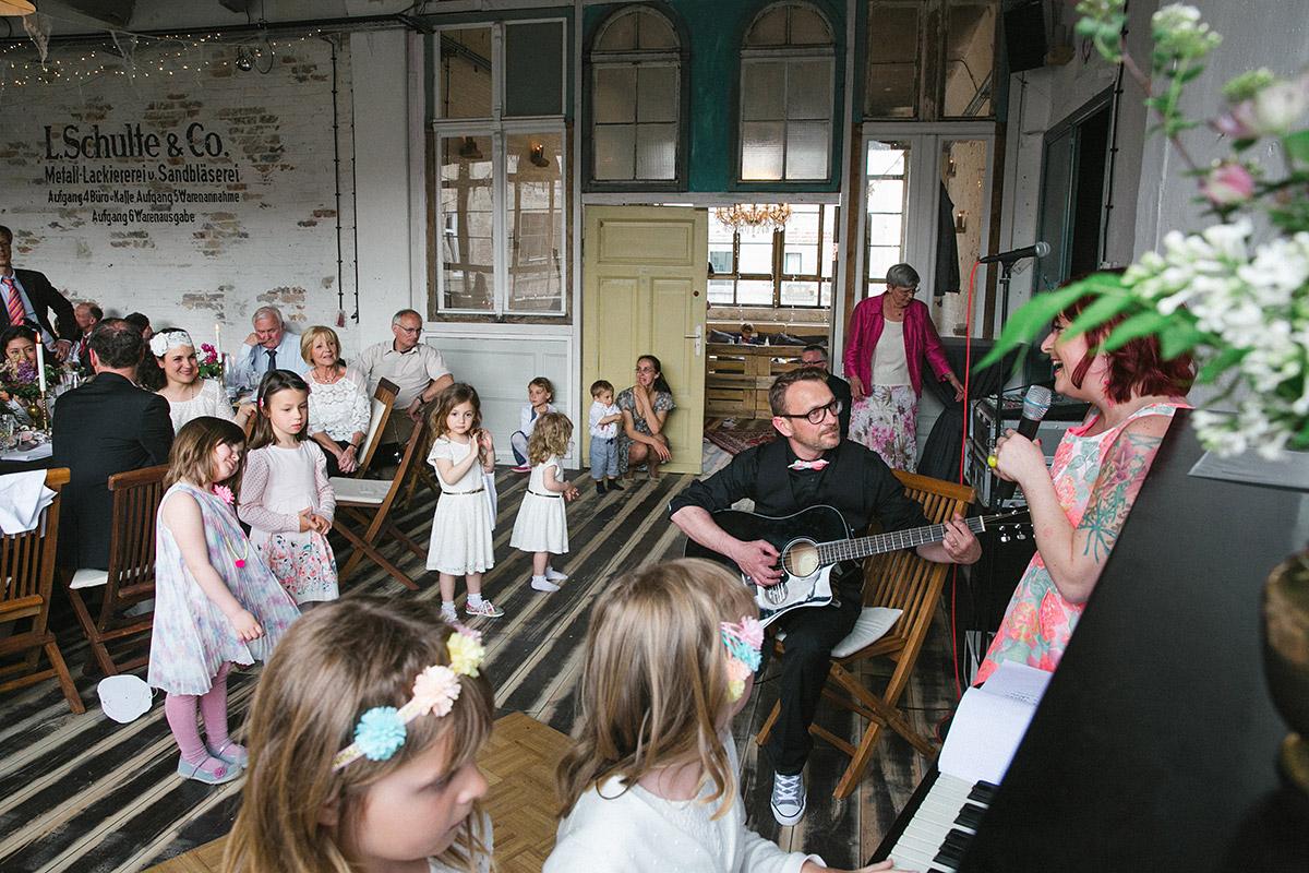 Hochzeitsfotografie von Live-Musik bei Boho-Hochzeit in Fabrik 23 Berlin © Hochzeitsfotograf Berlin www.hochzeitslicht.de