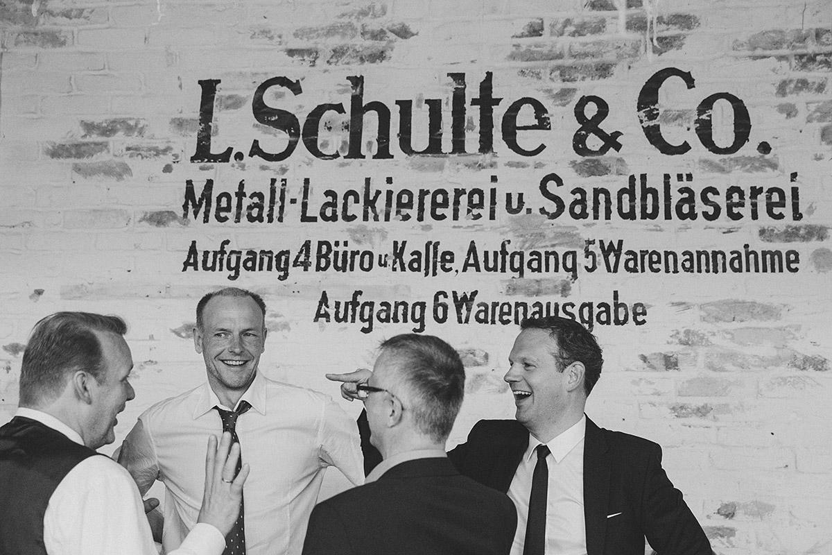 ungestelltes Hochzeitsfoto von Bräutigam mit Gästen bei Hochzeitsfeiser in Fabrik 23 Berlin © Hochzeitsfotograf Berlin www.hochzeitslicht.de