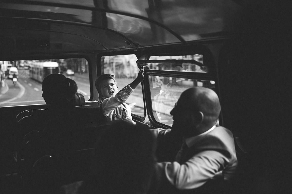 Hochzeitsreportage-Foto von kleinem Jungen im Bus bei Fahrt zu Hochzeit im Ballsaal-Studio Berlin-Mitte © Hochzeitsfotograf Berlin www.hochzeitslicht.de