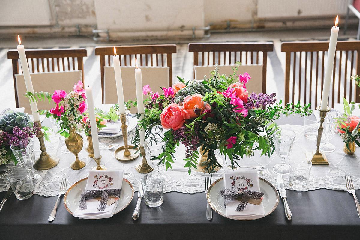 Tischdekoration mit Blumen von Botanic Art und Vintage-Geschirr und Besteck von Gotvintage bei boho chic Hochzeit in Loft, Fabrik 23 Berlin, aufgenommen von professioneller Hochzeitsfotografin Berlin © Hochzeitsfotograf Berlin www.hochzeitslicht.de
