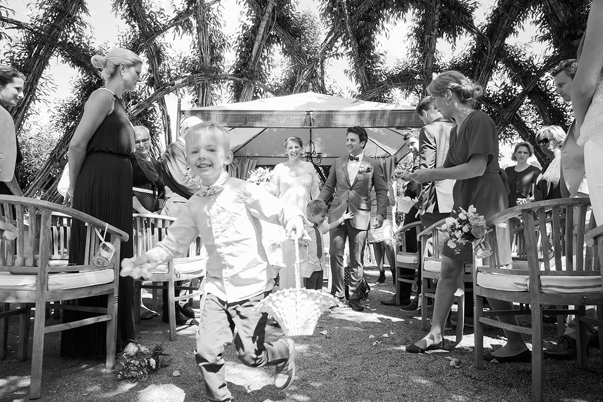 """Hochzeitsfotografie von Auszug des Bräutigams nach Trauung im Spreewaldresort """"Seinerzeit"""", Schlepzig © Hochzeitsfotograf Berlin www.hochzeitslicht.de© Hochzeitsfotograf Berlin www.hochzeitslicht.de"""