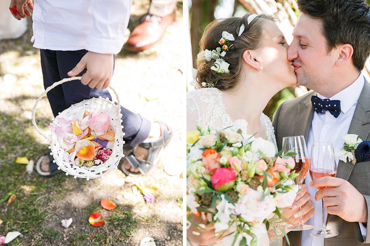 Hochzeitsbild von küssendem Brautpaar und Blumenjungen bei vintage Boho-Hochzeit im Spreewald © Hochzeitsfotograf Berlin www.hochzeitslicht.de