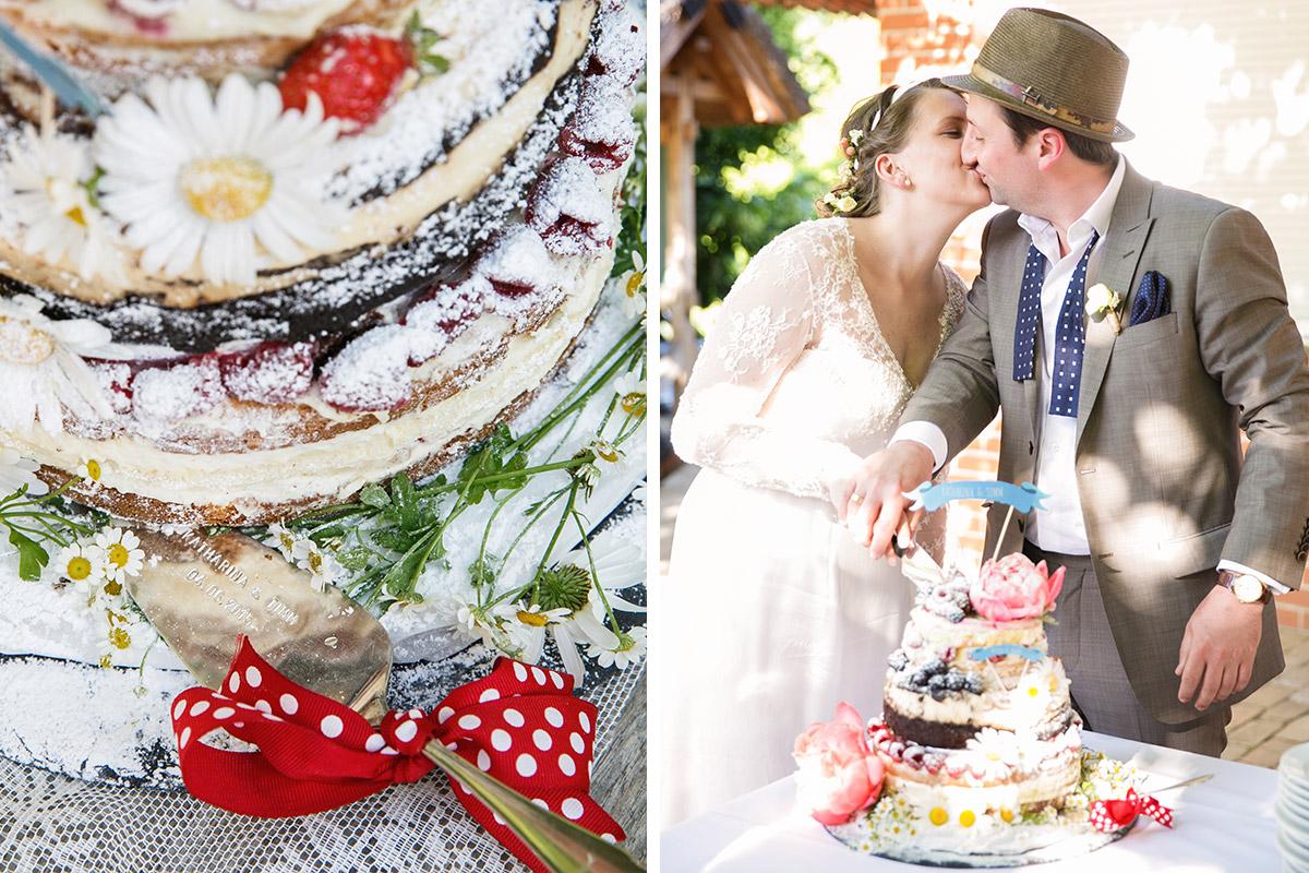 Hochzeitsreportagefoto vom Anschneiden der DIY Hochzeitstorte bei Boho-Hochzeit im Spreewald © Hochzeitsfotograf Berlin www.hochzeitslicht.de