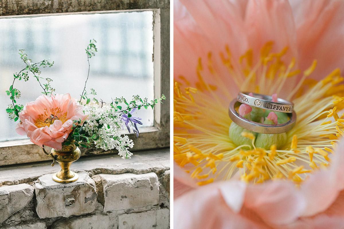 Hochzeitsfoto von boho Brautstrauß und Detailaufnahme der Eheringe von Tiffany und Bulgari © Hochzeitsfotograf Berlin www.hochzeitslicht.de