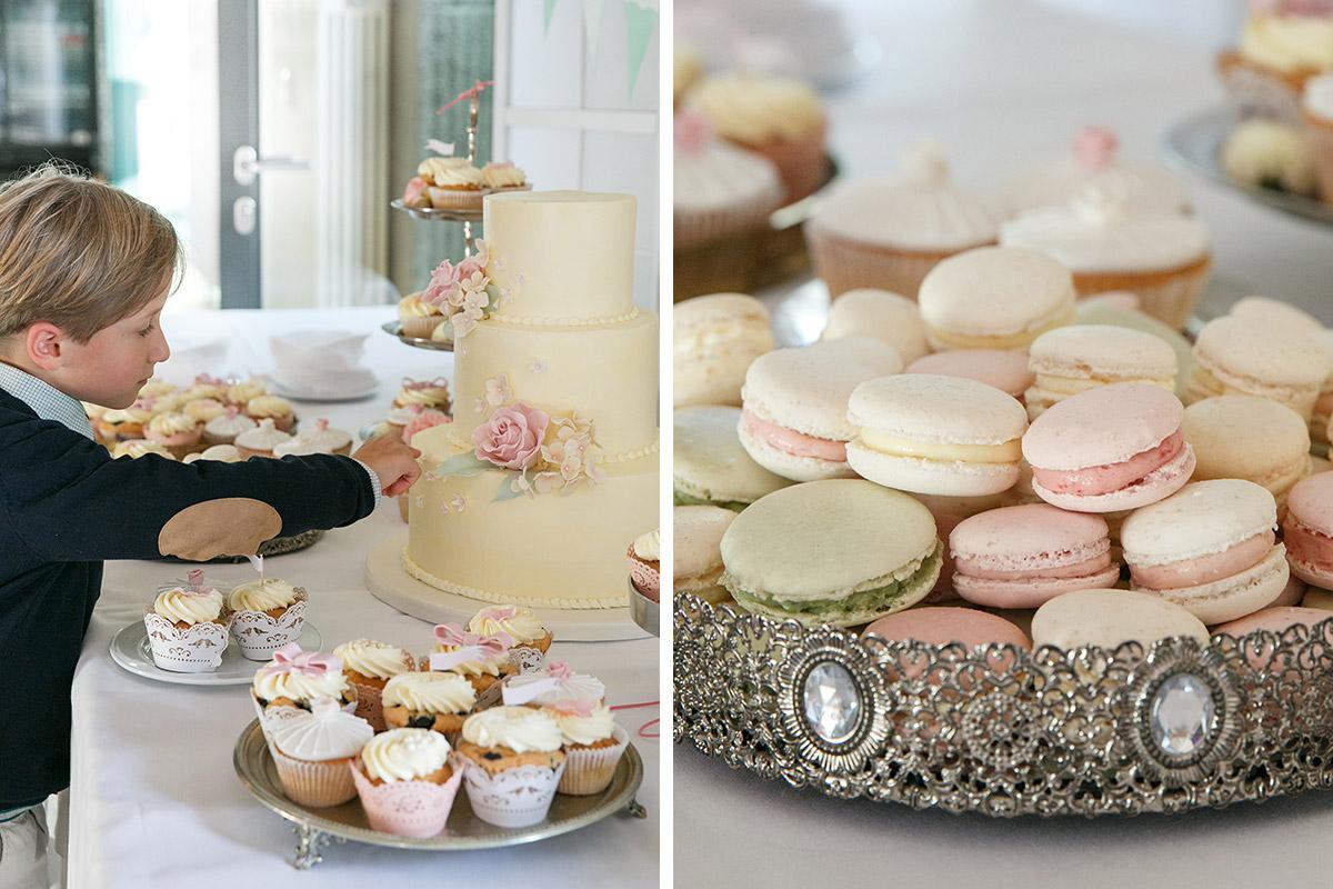 Hochzeitsfotos in Capitol Yard Golf Lounge von Hochzeitstorte und Cupcakes von Dilekerei und Detailfoto der Eheringe auf pastellfarbenen Macarons © Hochzeitsfotograf Berlin www.hochzeitslicht.de
