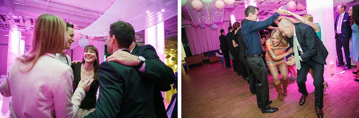 Hochzeitsreportage-Fotos von Tanz Flash Mob der Gäste bei Capitol Yard Golf Lounge Berlin Hochzeit © Hochzeitsfotograf Berlin www.hochzeitslicht.de