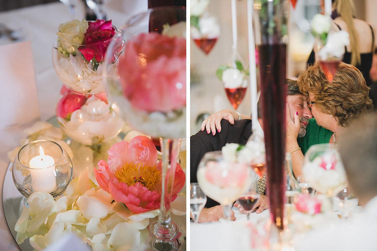 Blumen-Hochzeitsdekoration bei vintage Hochzeitsfeier auf Schloss Herzfelde © Hochzeitsfotograf Berlin hochzeitslicht