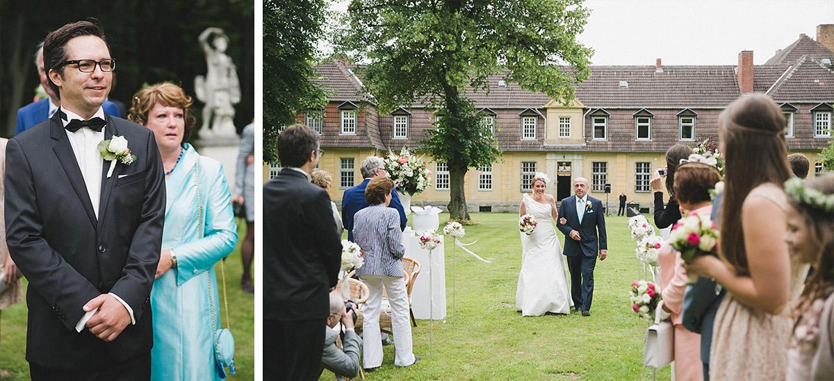 Hochzeitsfoto von Einzug der Braut bei eleganter Schlosshochzeit auf Schloss Herzfelde © Hochzeitsfotograf Berlin www.hochzeitslicht.de