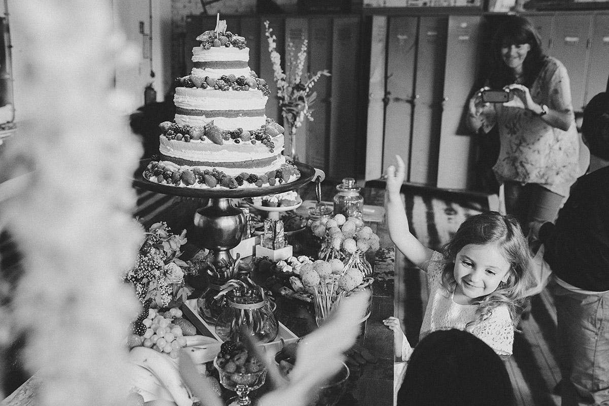 Hochzeitsfoto von Candy Bar und Hochzeitstorte bei Boho Hochzeit in Fabrik 23 Berlin © Hochzeitsfotograf Berlin www.hochzeitslicht.de