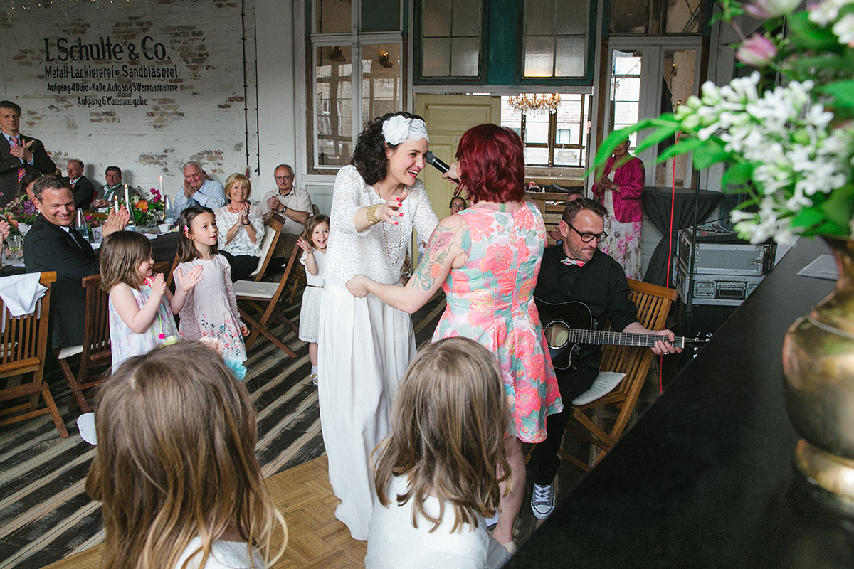 Hochzeitsreportagefoto von Braut bei Lofthochzeit in Fabrik 23 Berlin © Hochzeitsfotograf Berlin www.hochzeitslicht.de