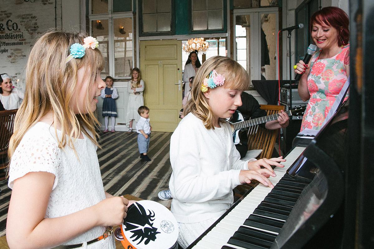 Hochzeitsfoto von Musik-Entertainment bei Lofthochzeit in Fabrik 23 Berlin © Hochzeitsfotograf Berlin www.hochzeitslicht.de