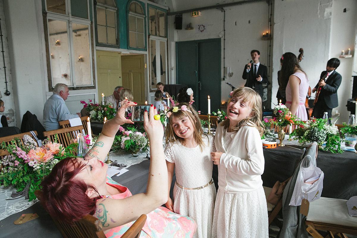Fotos von lachenden Mädchen bei fröhlicher Hochzeitsfeier in Fabrik 23 Berlin © Hochzeitsfotograf Berlin www.hochzeitslicht.de