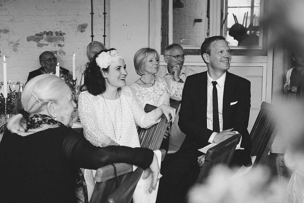 Ungestelltes Hochzeitsfoto von Brautpaar bei Hochzeitsfeier in Fabrik 23 Berlin © Hochzeitsfotograf Berlin www.hochzeitslicht.de
