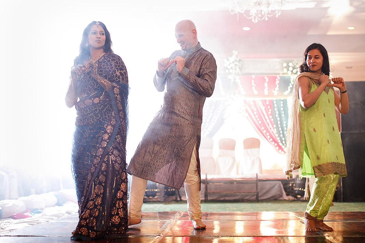 Hochzeitsfotografie bei Tanz bei Hochzeitsfeier in Hyderabad, Indien © Hochzeitsfotograf Berlin hochzeitslicht