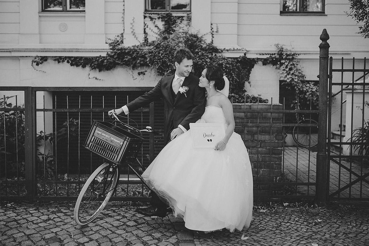 Hochzeitsfoto von Braut und Bräutigam auf Weg zu Hochzeit in Heilandskirche Sacrow Potsdam © Hochzeitsfotograf Berlin www.hochzeitslicht.de