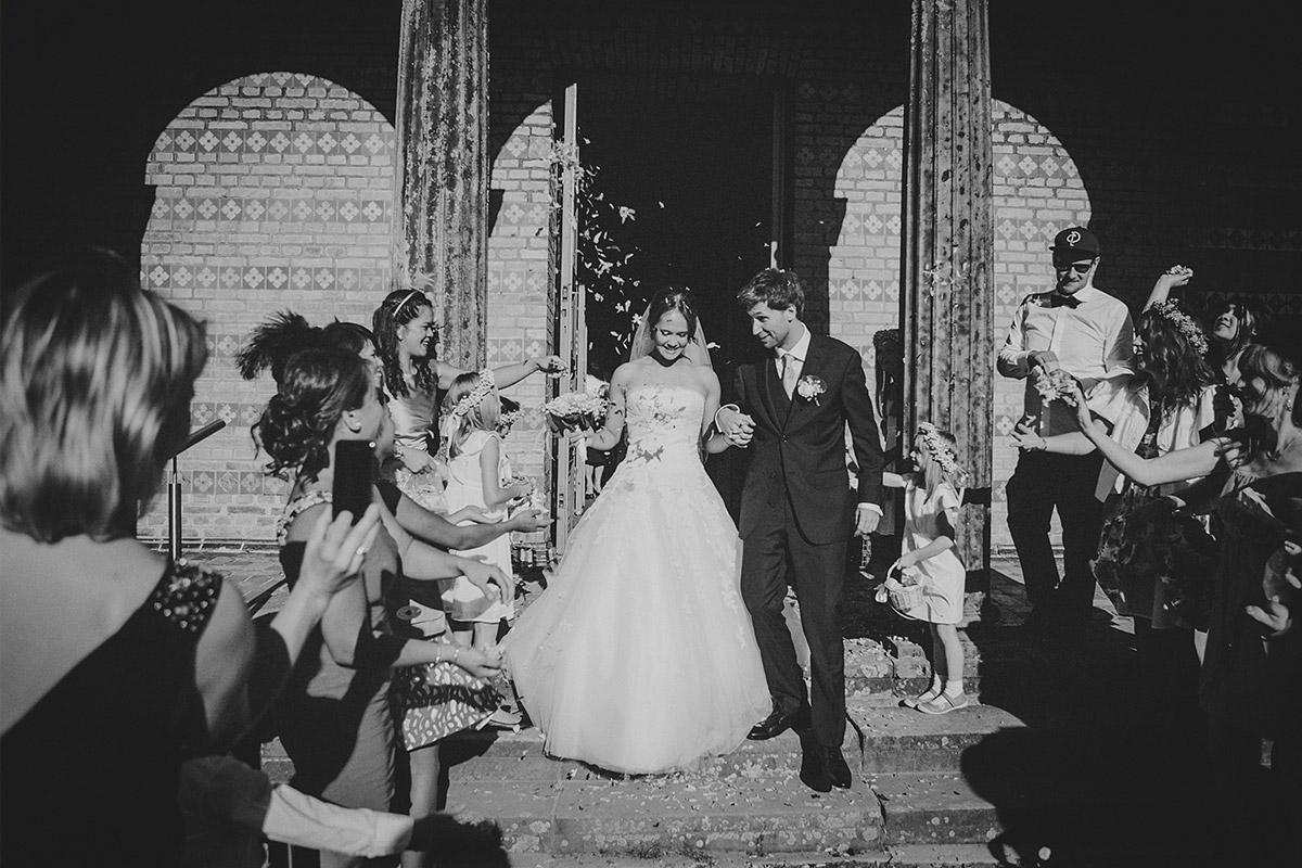 Hochzeitsreportagefoto von Auszug des Brautpaares nach Hochzeit in Heilandskirche Sacrow © Hochzeitsfotograf Berlin www.hochzeitslicht.de