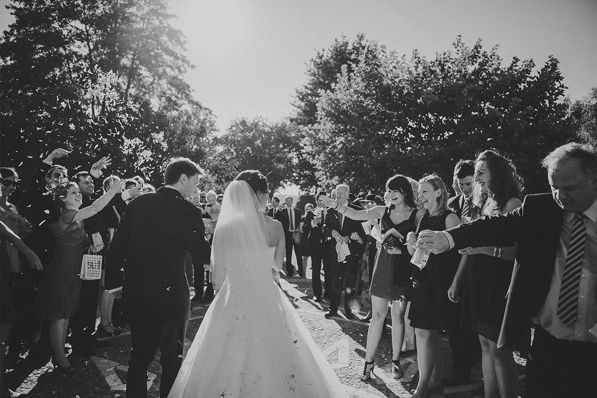 Hochzeitsfotografie von Auszug von Bräutigam und Braut aus Heilandskirche Sacrow in Potsdam © Hochzeitsfotograf Berlin www.hochzeitslicht.de