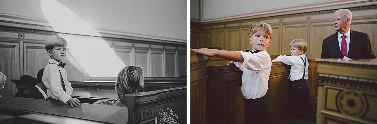 Hochzeitsreportagefoto von kleinem Jungen bei Trauung in Heilandskirche Sacrow Potsdam © Hochzeitsfotograf Berlin www.hochzeitslicht.de