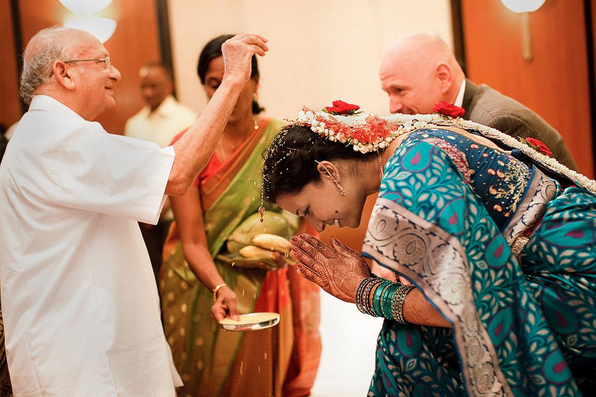 Braut während hinduistischer Hochzeit in Indien © Hochzeitsfotograf Berlin hochzeitslicht