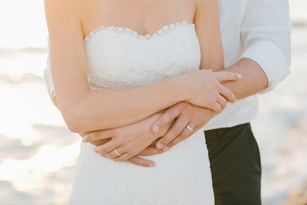 Brautpaar bzw. Foto der Ringe bei Hochzeit am Meer auf Mallorca © Hochzeitsfotograf Berlin hochzeitslicht