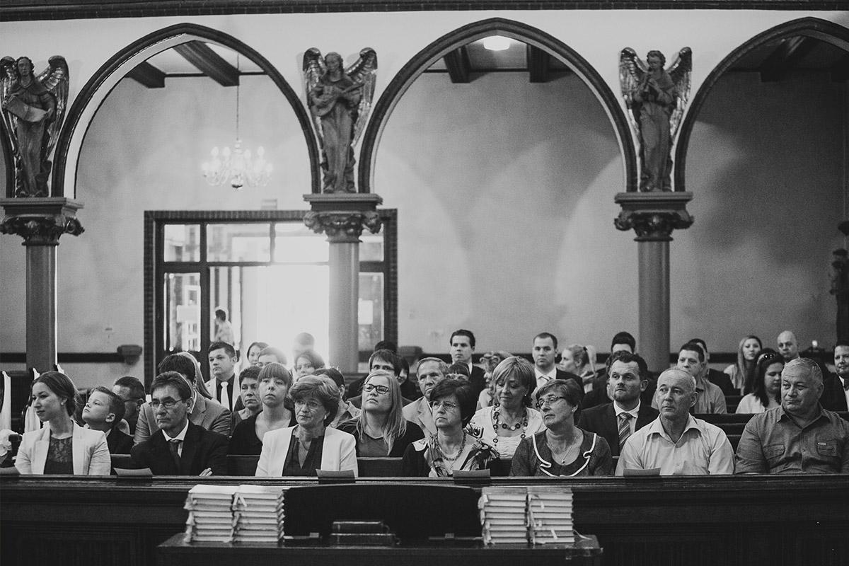 Hochzeitsreportagefoto von Hochzeitsgesellschaft während kirchlicher Trauung in St. Sebastian Kirche bei Meistersaal Berlin Hochzeit © Hochzeitsfotograf Berlin www.hochzeitslicht.de