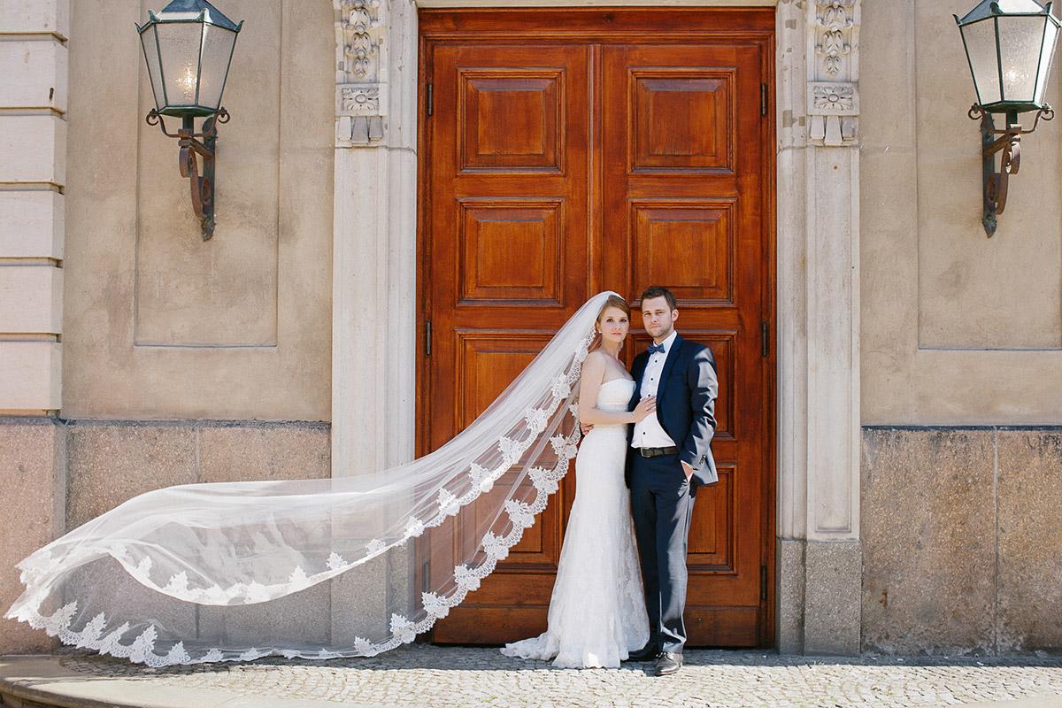 Hochzeitsfoto von Braut und Bräutigam bei klassischer Hochzeit in der St. Sebastian Kirche und im Meistersaal Berlin © Hochzeitsfotograf Berlin www.hochzeitslicht.de