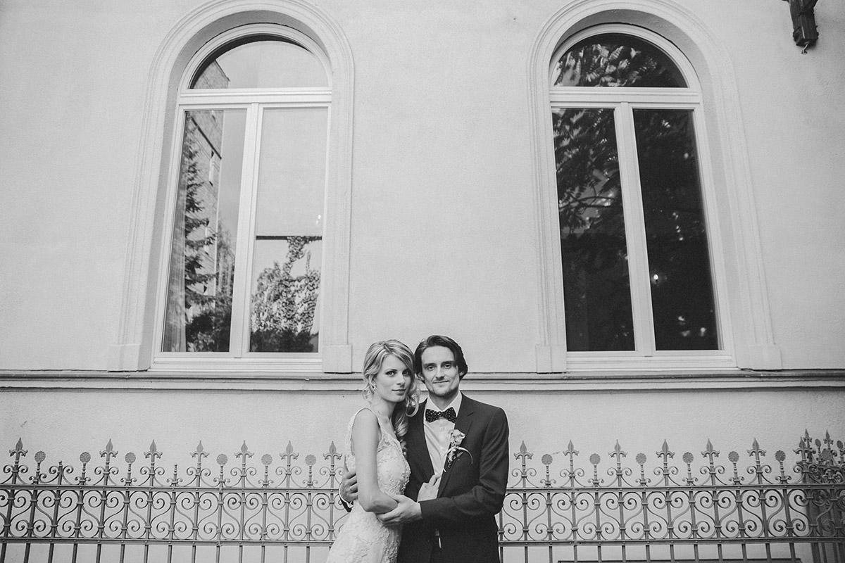 Hochzeitsfoto von Brautpaar bei Vintage-Hochzeit in Berlin-Mitte © Hochzeitsfotograf Berlin www.hochzeitslicht.de