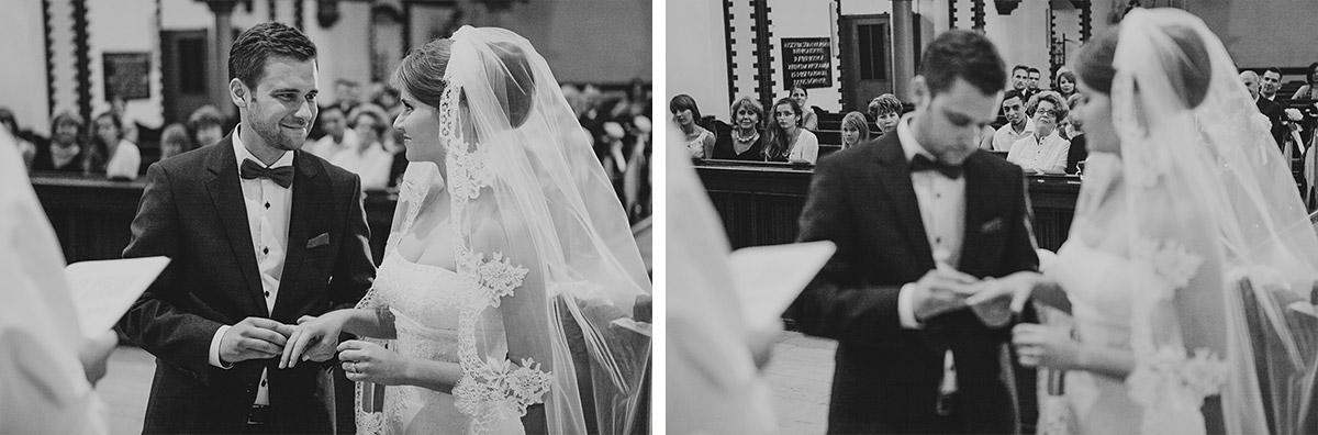 Hochzeitsfoto bei Ringtausch während Hochzeit in katholischer St. Sebastian Kirche Berlin © Hochzeitsfotograf Berlin www.hochzeitslicht.de