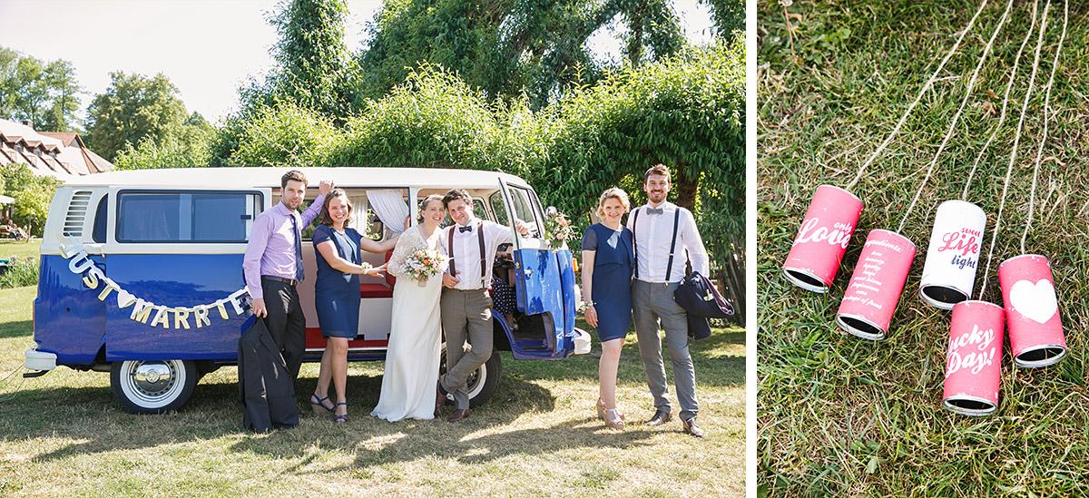 Hochzeitsfoto von Brautpaar vor VW-Bus bei Hochzeit im Boho Stil und bunte Blechdosen als Dekoration für Hochzeitsauto © Hochzeitsfotograf Berlin www.hochzeitslicht.de